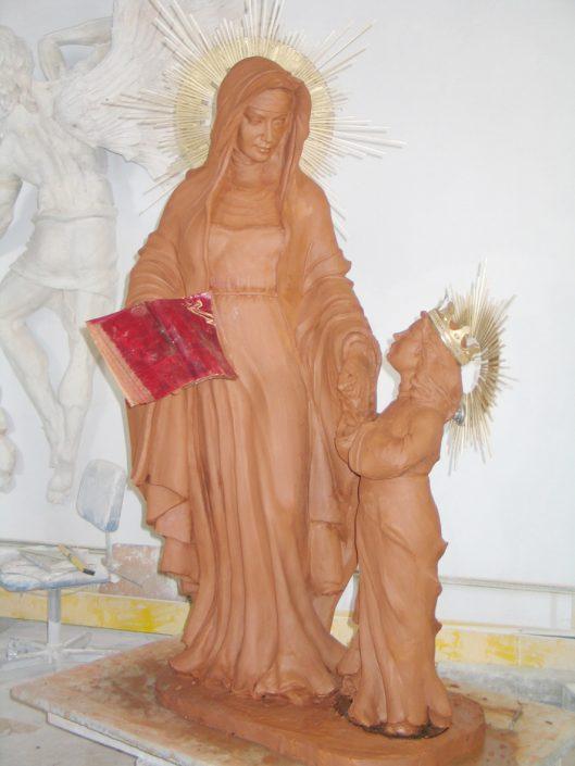Esculturas religiosas modeladas en barro
